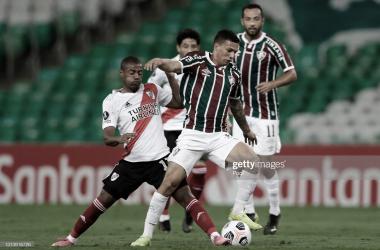 PUNTOS REPARTIDOS. De La Cruz(izquierda) disputa el balón ante Calegari de Fluminense. Foto: Getty images