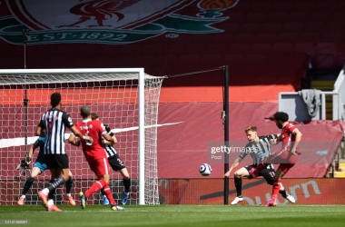 Joe Willock of Newcastle United scores their side's first goal during the Premier League match between Liverpool and Newcastle United at Anfield on April 24, 2021 in Liverpool, England. Sporting stadiums around the UK remain under strict restrictions due to the Coronavirus Pandemic as Government social distancing laws prohibit fans inside venues resulting in games being played behind closed doors. (Photo by David Klein - Pool/Getty Images)<br>