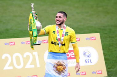 BARNSLEY, ENGLAND - MAY 08: Emi Buendia of Norwich City celebrates with the Sky Bet Championship trophy after the Sky Bet Championship match between Barnsley and Norwich City at Oakwell Stadium on May 08, 2021 in Barnsley, England. Sporting stadiums around the UK remain under strict restrictions due to the Coronavirus Pandemic as Government social distancing laws prohibit fans inside venues resulting in games being played behind closed doors. (Photo by George Wood/Getty Images)