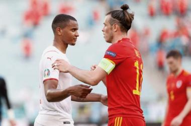 Akanji y Bale durante el Gales-Suiza disputado en Bakú. Foto: Getty Images.