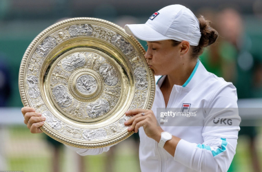Barty kisses the Venus Rosewater dish/Photo: AELTC/Simon Bruty - Pool/Getty Images