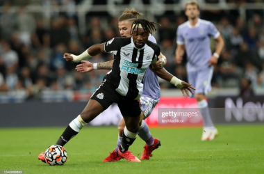 NEWCASTLE UPON TYNE, ENGLAND - SEPTEMBER 17: Kalvin Phillips of Leeds United and Allan Saint-Maximin of Newcastle United battle for the ball during the Premier League match between Newcastle United and Leeds United at St. James Park on September 17, 2021 in Newcastle upon Tyne, England. (Photo by Ian MacNicol/Getty Images)