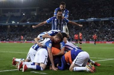Los jugadores de la Real hacen una piña para celebrar el gol de la victoria. Foto: Getty Images.