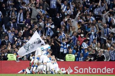 Los jugadores de la Real celebran el gol de la victoria con la afición. Foto: Getty Images.