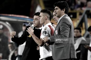 A LA CANCHA. Gallardo(izquierda) acompañado de Biscay(derecha), le dan las últimas indicaciones a Borré(medio) en el último partido de River en Colombia. Foto: Getty images