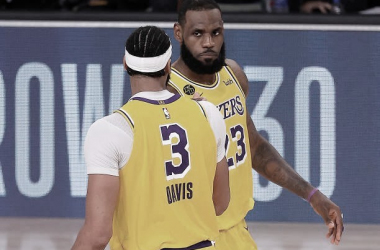 LeBron James y Anthony Davis con el anillo entre 'la ceja'