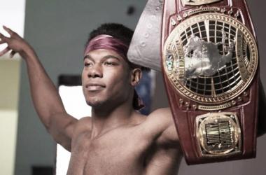 Dream en la sesión fotográfica tras coronarse campeón.  Fuente: www.Planetawrestling.com