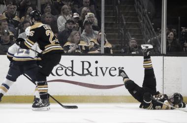 Acciari, en el suelo tras la acción con Tyler Bozak   Fuente: NHL.com