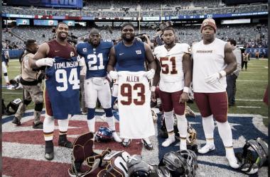 Jugadores de ambas franquicias saludando luego de haberse enfrentado (foto Redskins.com)