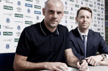 Gibson pens his new contract. Photo: EvertonFC.Com