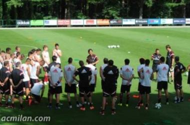Filippo Inzaghi, neo allenatore del Milan, a colloquio con i suoi nuovi giocatori