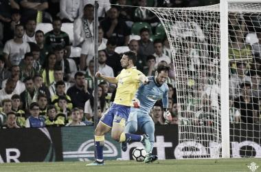 Dani Giménez ante Calleri | Imagen: Real Betis Balompié