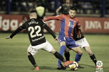 Zarfino intenta proteger un balón ante dos jugadores del Real Oviedo | Imagen: LaLiga