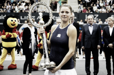 Camila Giorgi proudly poses alongside her title in Linz | Photo: GEPA Pictures
