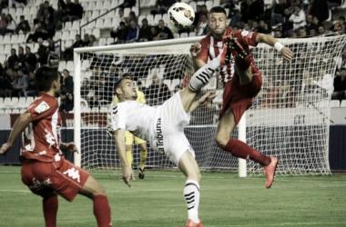 Juncà disputa un balón aéreo con un jugador del Albacete. // Foto: 5maseldescuento.es
