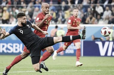 Giroud trata de rematar un balón ante la mirada de Kompany | Foto: FIFA