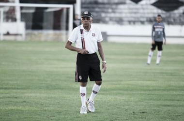 Treinador tricolor tenta dar novo ânimo à equipe após sequência sem vitórias (Foto: Rodrigo Baltar/Santa Cruz)