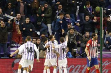 El Valladolid celebra uno de sus goles ante la impotencia de Godín. Fuente: LaLiga