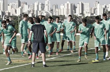 Em confronto direto contra o rebaixamento, Goiás recebe Coritiba na Serrinha