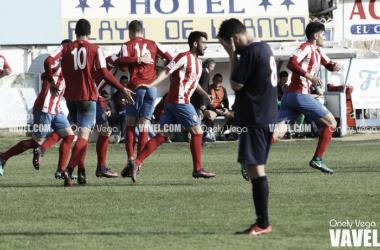 Los jugadores del Sporting B celebran el gol ante la presencia de Pablo Suárez, que se lamenta | Foto: Onely Vega - VAVEL