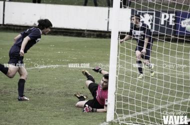 Jairo Cárcaba anotando el primer gol sin que nada pudiera hacer Nacho Rubiera | Foto: Onely Vega - VAVEL