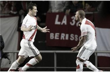 Mora y Sánchez en el triunfo de anoche en el Único de La Plata. El River de los récords (FOTO: Goal)