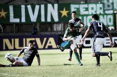 Bazán remata, tres miran. Fue el gol del triunfo para 'el Verdolaga' | Foto: Télam