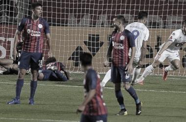 Cris Escobar festejando su gol tempranero desde el vestuario junto a Rodríguez