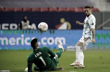 """GOLAZO. El """"Papu"""" Gómez la pincha por encima de Silva, el jugador del Sevilla anotó un golon Foto: Getty images"""