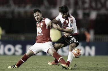 Gómez marcando a Ponzio, en la Recopa 2016 (Foto: La Capital).