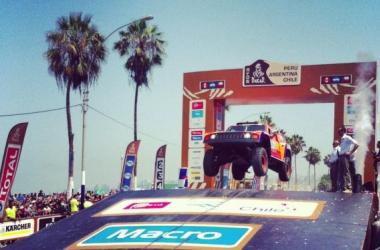 El estadounidense Robby Gordon realizando su tradicional salto en la rampa de partida.