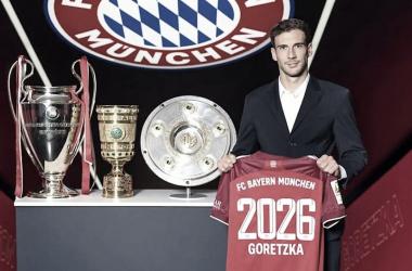 Goretzka posando con la camiseta y los trofeos del triplete logrado la temporada pasada | PHOTO: @FCBayern