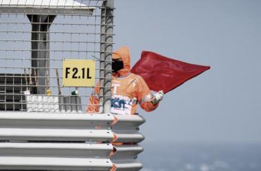 Bandera roja que indicaba la suspensión de los entrenamientos de hoy.   Fuente: Moto GP