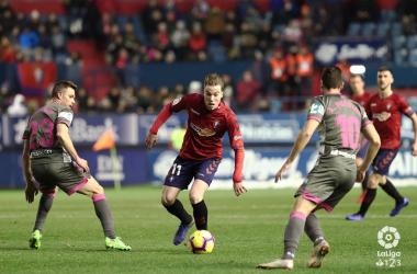 Puertas y Martín pelean un balón con Clerc. Foto: Granada CF.