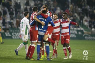 Los jugadores se abrazan tras la victoria en Córdoba. Foto: La Liga.
