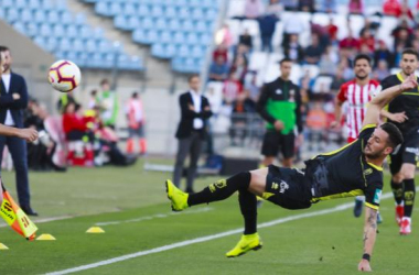 Adri Castellano trata de evitar que salga el balón. Foto: LaLiga.