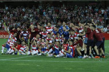 Jugadores y cuerpo técnico del Granada CF celebran el ascenso tras el último partido   Foto: Antonio L. Juárez