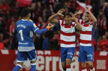 Rui Silva, Martínez y Quini celebran el importante triunfo del Granada ante el Málaga. Foto: Antonio L Juárez