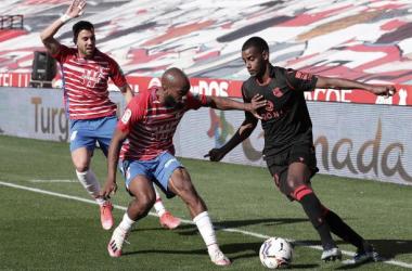 Isak y Foulquier pelean un balón en el último Granada - Real Sociedad. Foto: Getty Images.