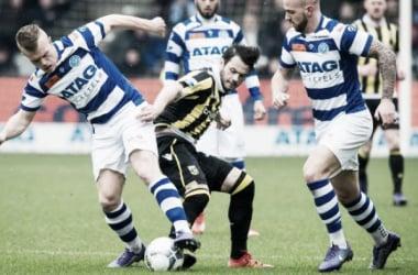 Valeri Qazaishvili (c) del Vitesse disputando el balón con defensas de De Graafschap. (Foto: nu.nl)