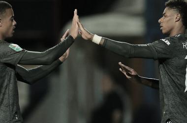 Com titulares entrando no final, United vence Luton Town e avança na Copa da Liga