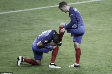 Kissing the boot of the night, Payet cleans Griezmann's left foot (photo: Reuters)