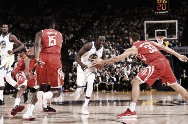 Draymond Green, un factor clave del equipo campeón, no pudo acabar el partido por una molestia. Foto: NBA
