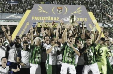 Guarani com a taça de campeão (Foto: Divulgação/Guarani FC)
