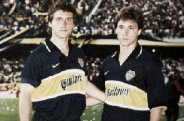 Los hermanos Schelotto con la camiseta azul y oro   Foto: Web
