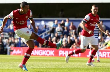 Com gol de Walcott, Arsenal vence e volta ao G4