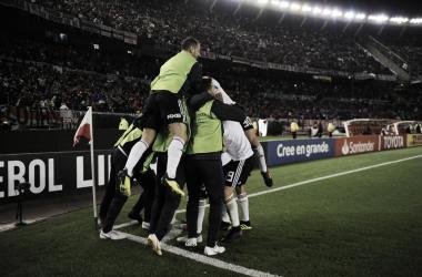 Los hombres del Millonario se abrazan y están ilusionados con volver a conquistar América. Foto: Olé