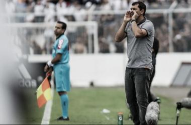 """Carille lamenta chances perdidas em derrota projeta Derby: """"Tenho que deixar equipe equilibrada"""""""