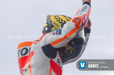 Traca final para Márquez en Valencia y abrazos emotivos para Lorenzo en su último GP
