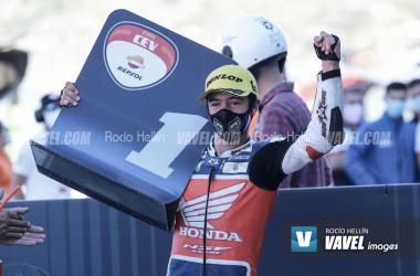 Marcos celebrando la victoria en Valencia 2020. Foto: Rocío Hellín | Vavel España.
